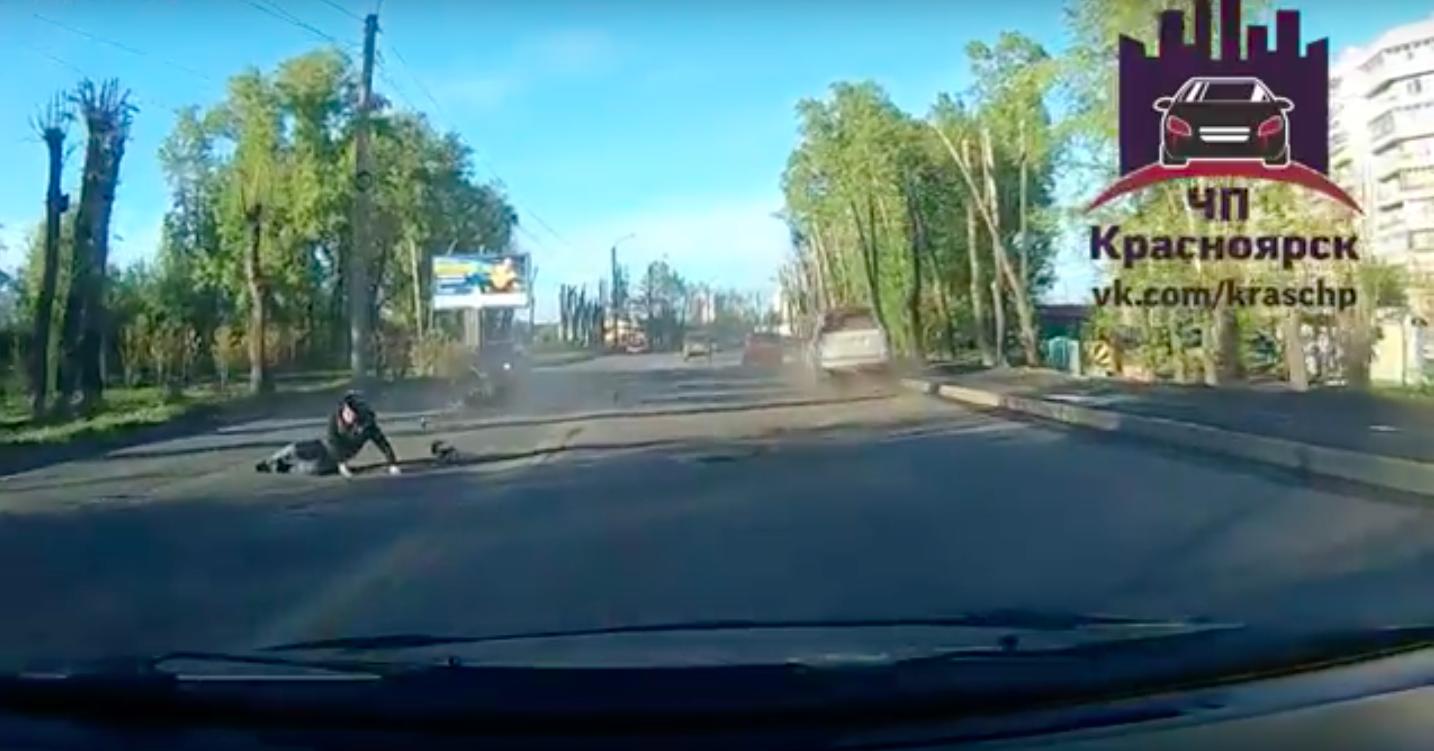 ВКрасноярске направобережье мотоциклист пострадал при столкновении с джипом