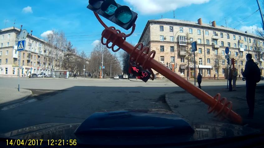 ВКемерове рухнувший светофор едва неразбил автомобиль