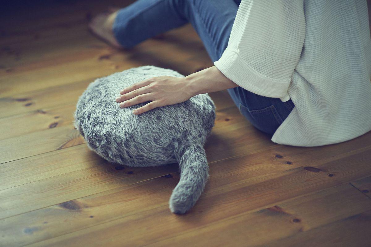 ВЯпонии отыскали замену котам ввиде робота-подушки схвостом