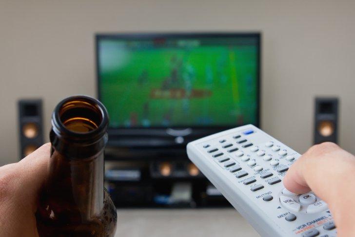 Опрос: жители России  снимают стресс при помощи  телевизора иобщения сдрузьями