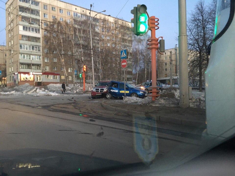 ВКемерове вседорожный автомобиль врезался втакси