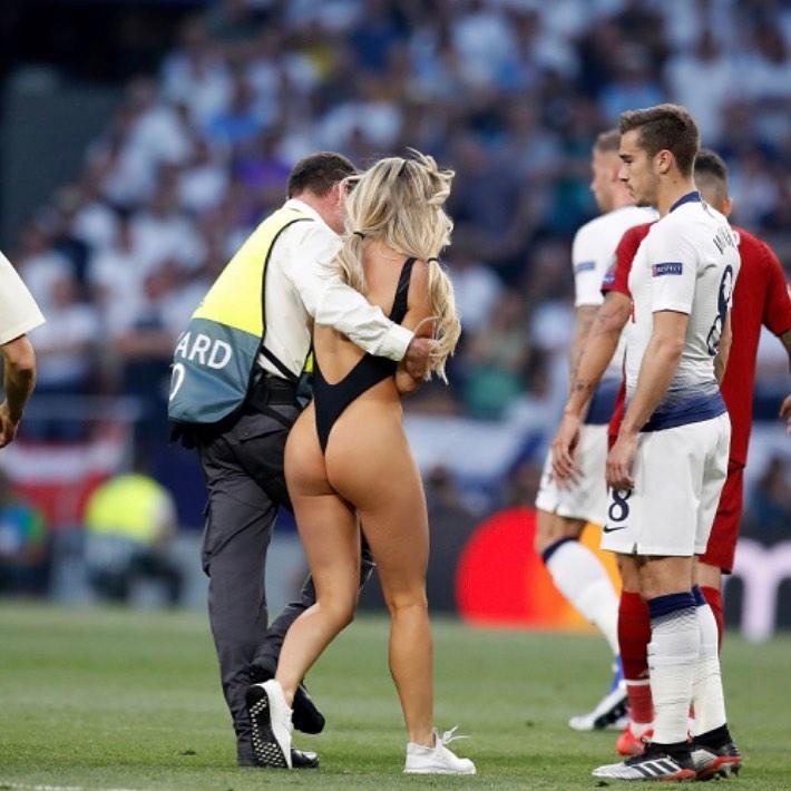 8e18245ba714f В Мадриде во время финала Лиги Чемпионов по футболу между «Тоттенхэмом» и  «Ливерпулем», на поле выбежала девушка в купальнике.