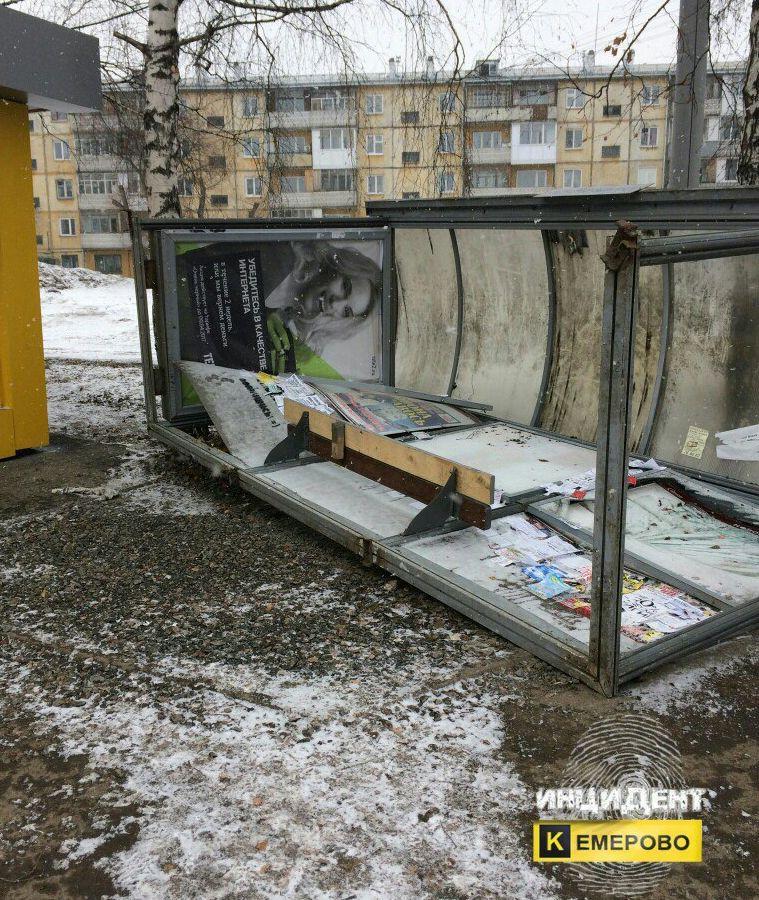 ЧПвКемерово: ураганный ветер опрокинул автобусную остановку