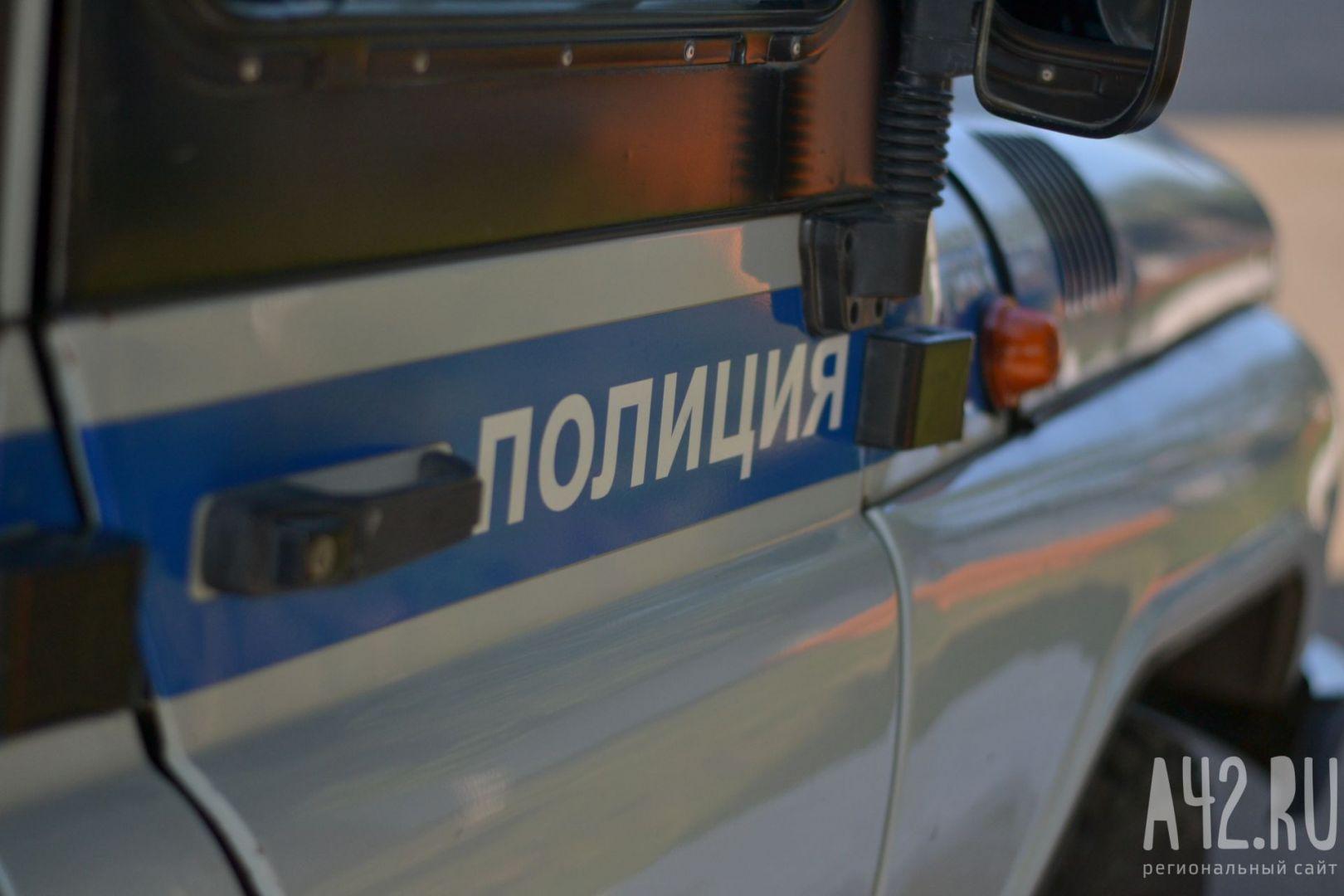 Полуголый мужчина забрался накрышу полицейской машины в столице России