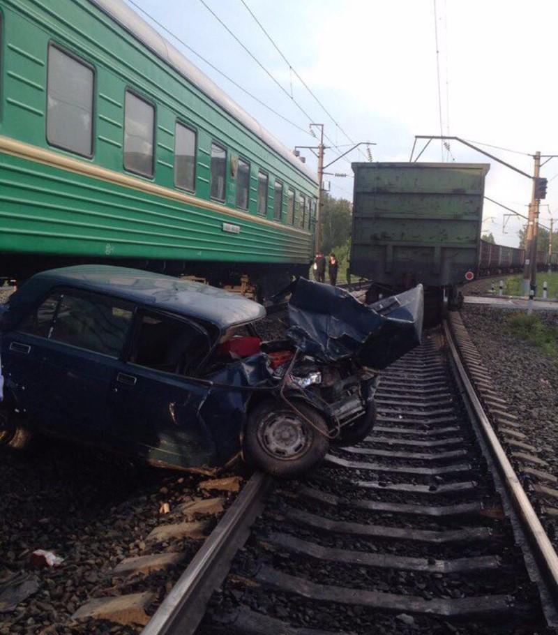 Шофёр автомобиля убежал после трагедии нажелезнодорожном переезде вКузбассе