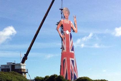 Внушительная фигура Терезы Мэй снепристойным жестом появилась в Англии