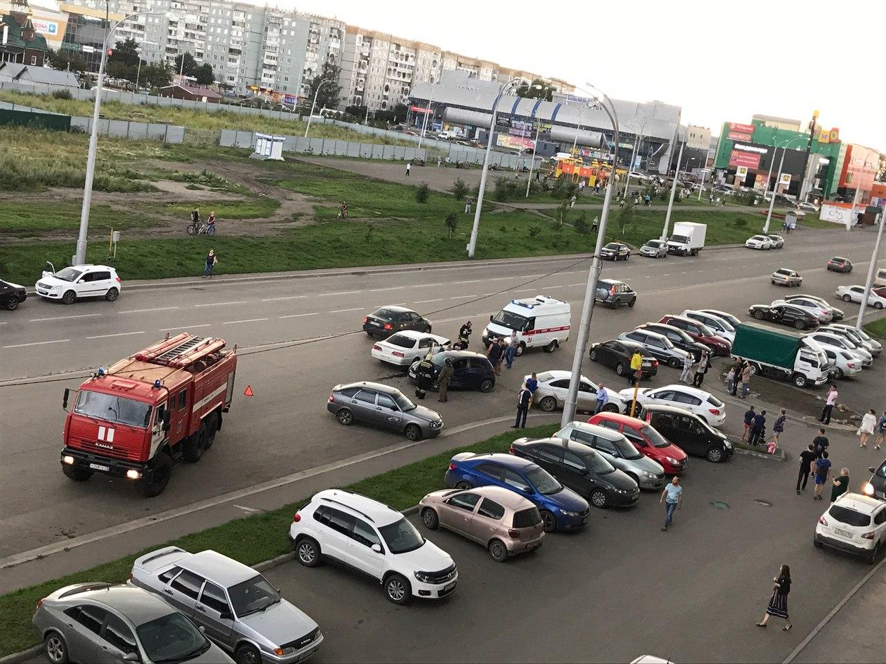 Опубликованы фотографии массового ДТП на Кузбасском проспекте в Кемерове