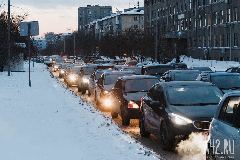 Владельцы автомобилей встали в огромную пробку намосту вКемерове