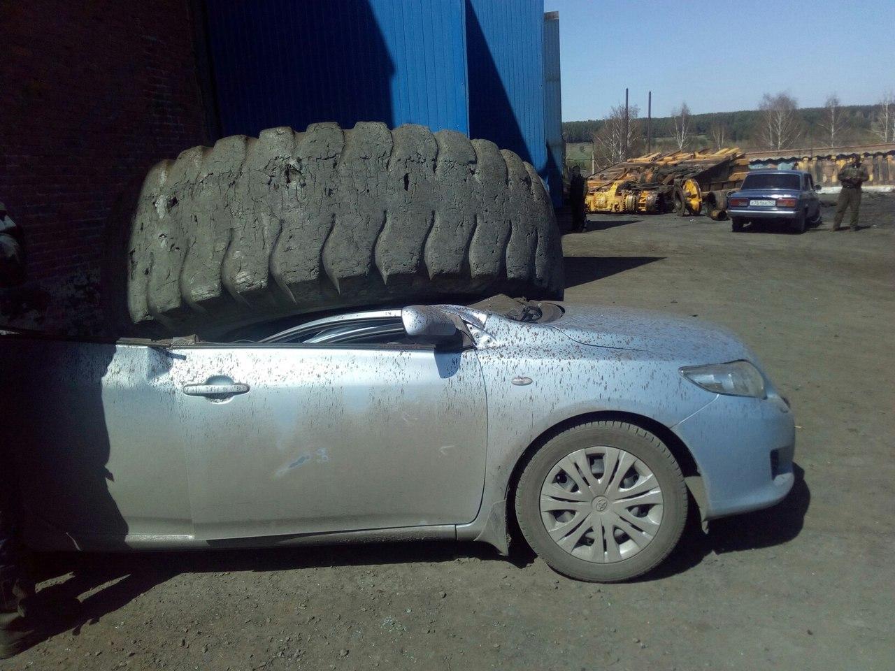 ВКиселёвске колесо отБелАЗа упало на«легковушку» ираздавило ее