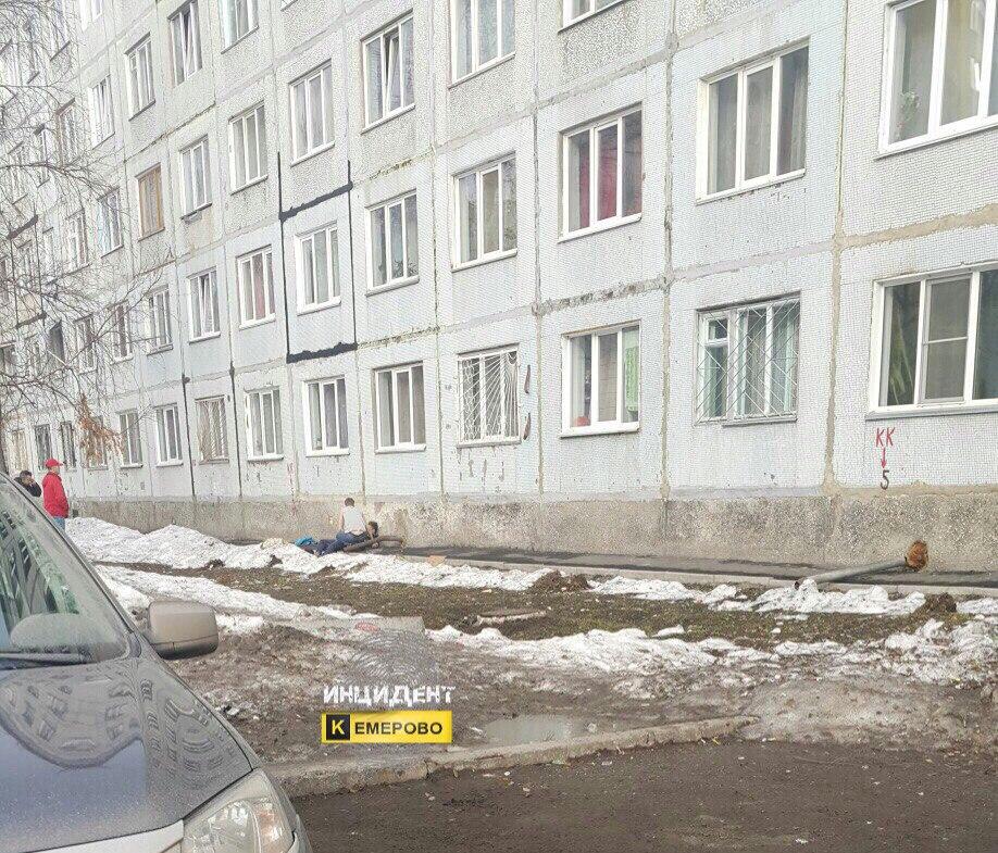 ВКемерове мужчина, упавший свысоты 8 этажей, остался живой