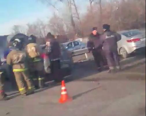 ВКузбассе натрассе шофёр поехал на«красный» иустроил ДТП