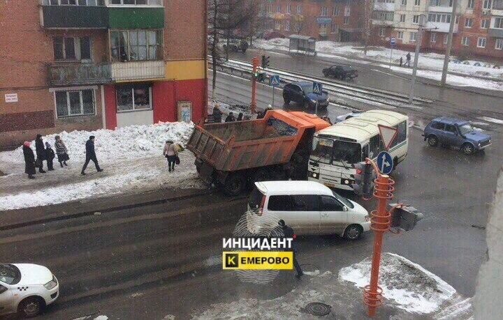 Натрассе вГородищенском районе перевернулся КамАЗ