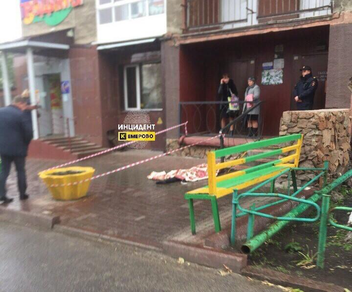 Появилось видео смертоносного падения подростка изокна седьмого этажа вКемерове