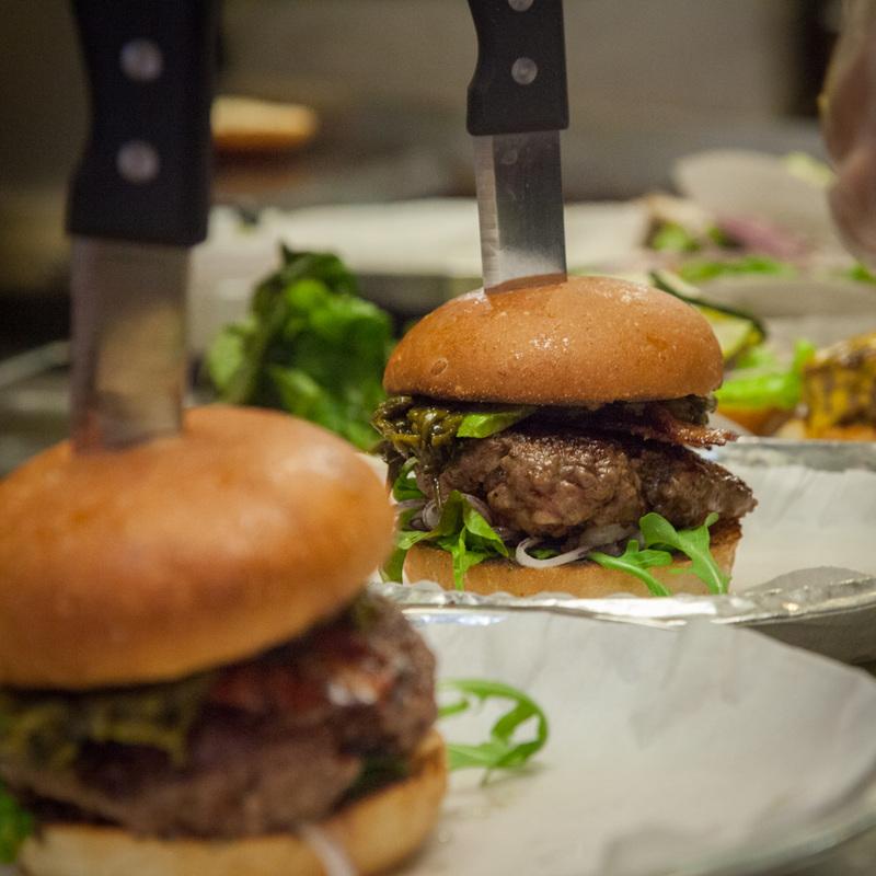 Фастфуд спаутиной. Вамериканском ресторане готовят бургеры старантулами