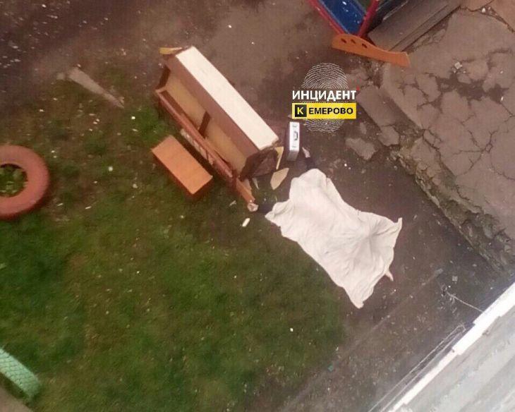 ВКемерове девятнадцатилетний  парень  выпал изокна седьмого этажа общежития