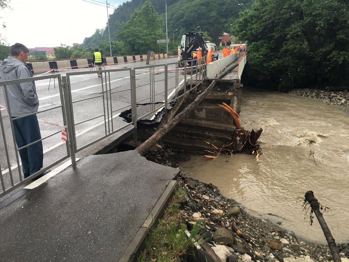 Размещено видео обрушения автомобильного моста вГреции