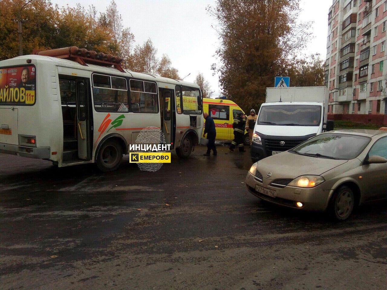 ВКемерово маршрутка врезалась в«Газель», два человека пострадали