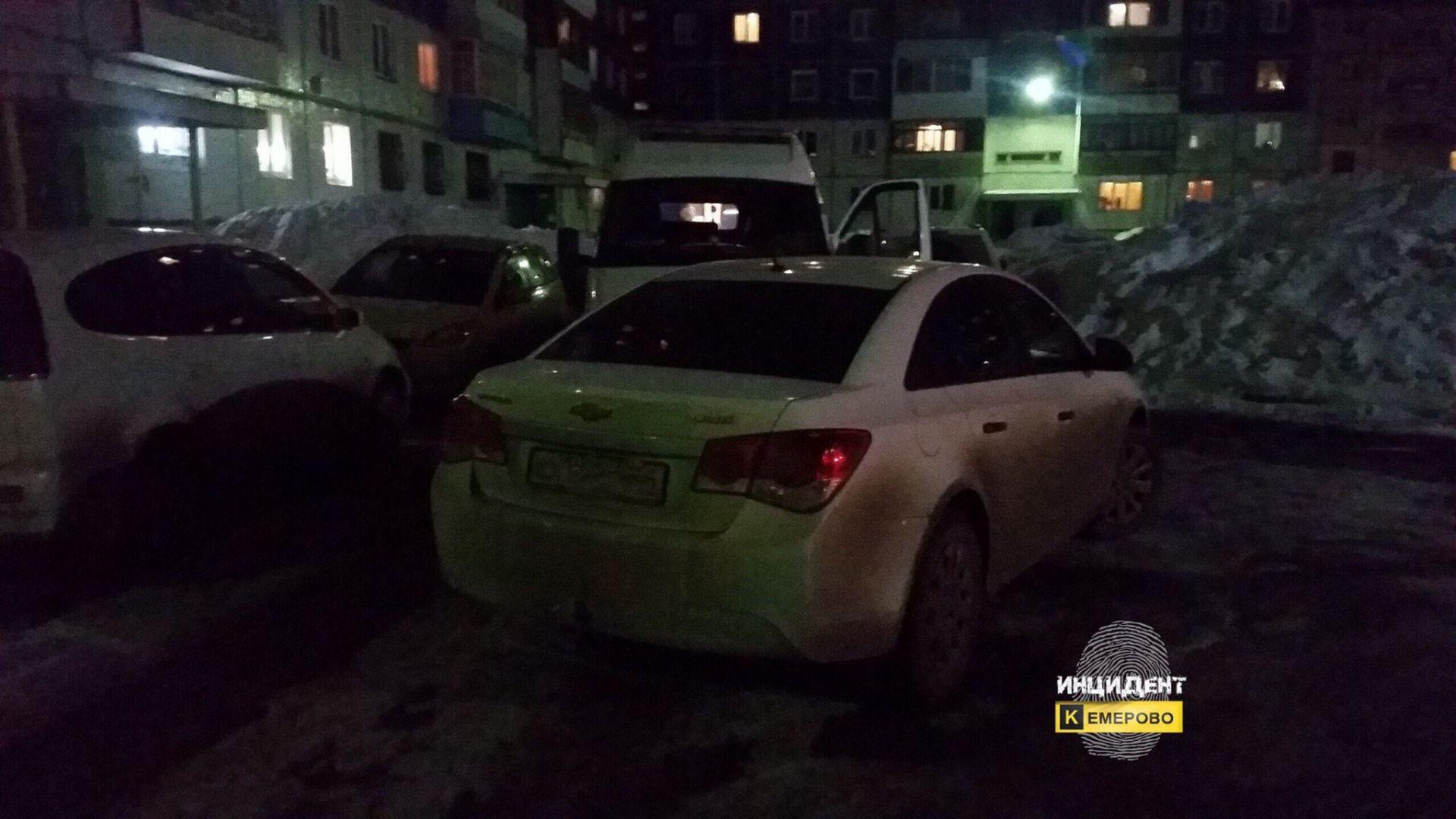 Автомобилист заблокировал скорую водворе вКемерове