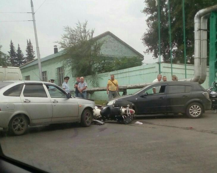 Фото ДТП в Кемерово: после столкновения с двумя авто мотоциклист чудом остался жив