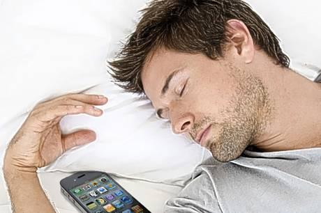 Ученые пояснили, почему нельзя спать рядом со телефоном