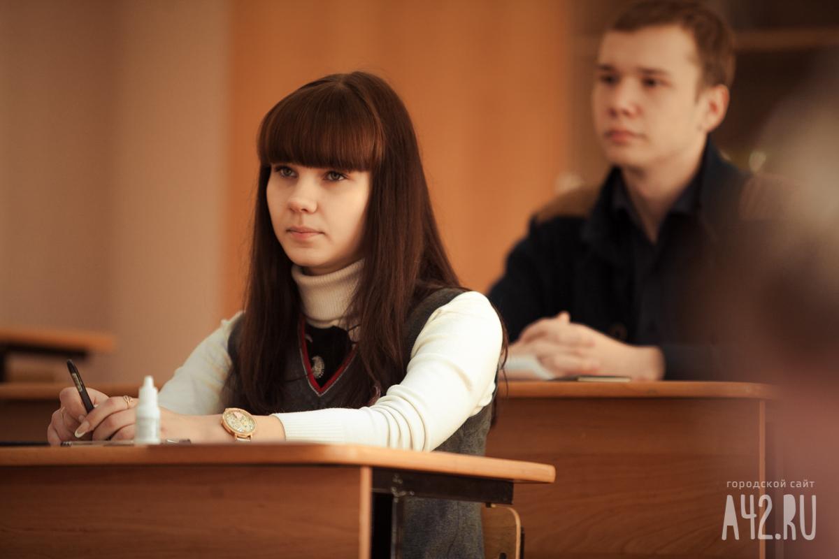 Повсей Российской Федерации  школьники сдают ЕГЭ побиологии, физике и зарубежному  языку