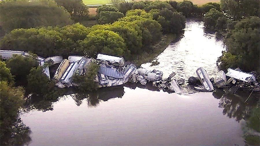Грузовой поезд с20 вагонами рухнул вреку вСША