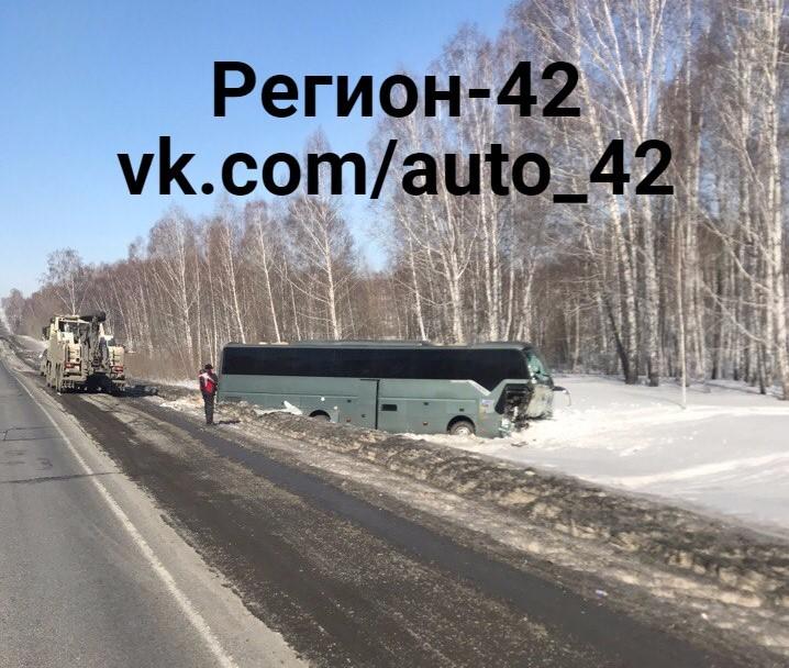 Натрассе вКузбассе столкнулись автобус и«ГАЗель», двое пострадали