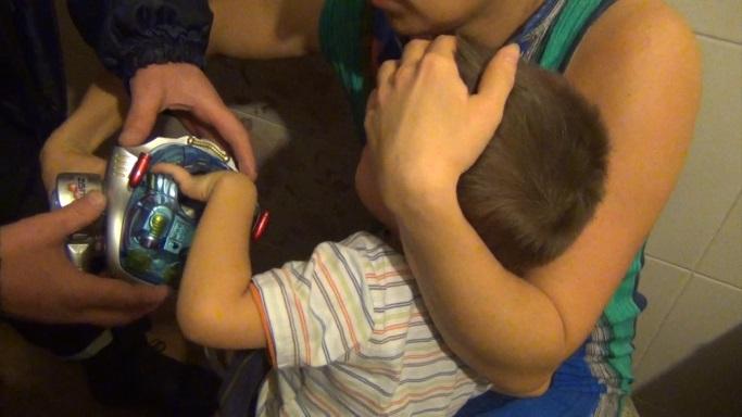 ВКемерово у2-летнего ребенка застряла рука вигрушке-роботе