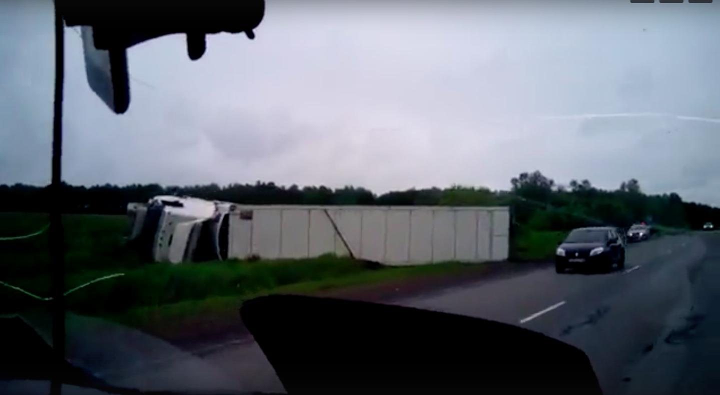 ВКузбассе легковой автомобиль при столкновении сфурой разорвало пополам