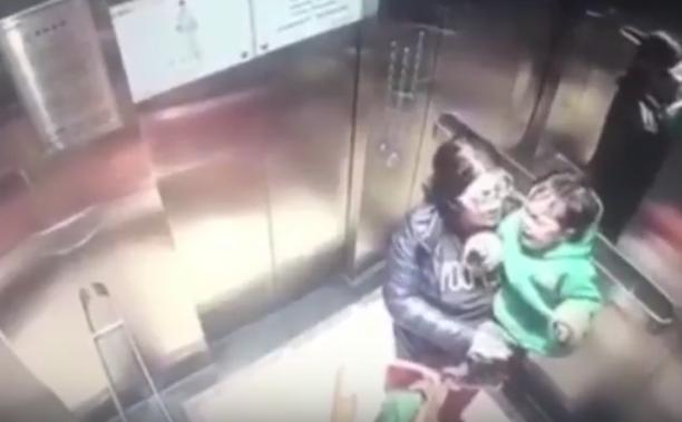 Камера запечатлела, как няня строго избивает ребенка влифте