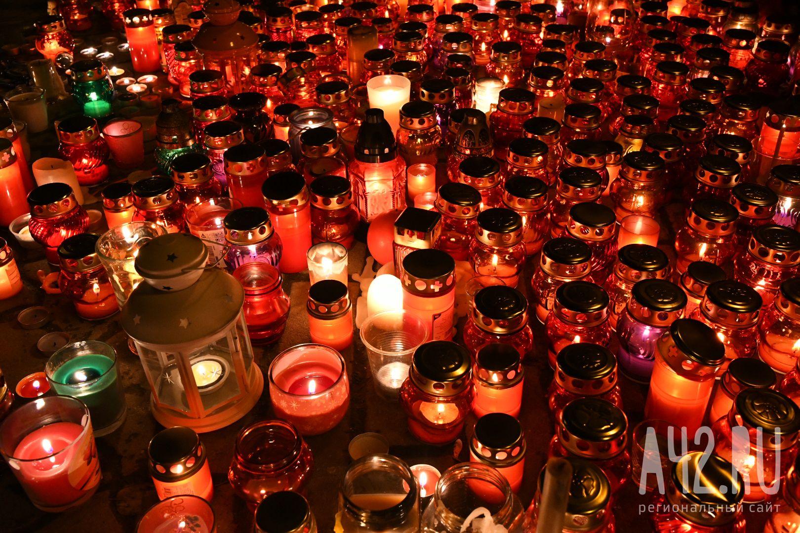 Москвичи продолжают приходить кмемориалу памяти погибших впожаре вКемерове