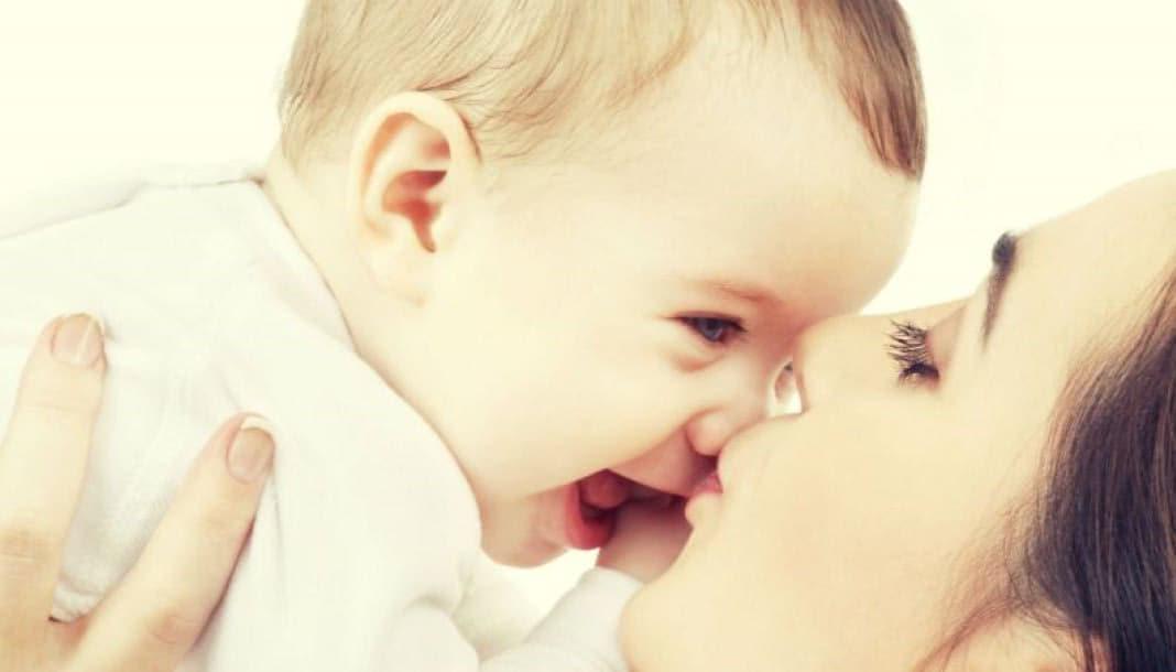 Мать чуть не убила дочь поцелуем