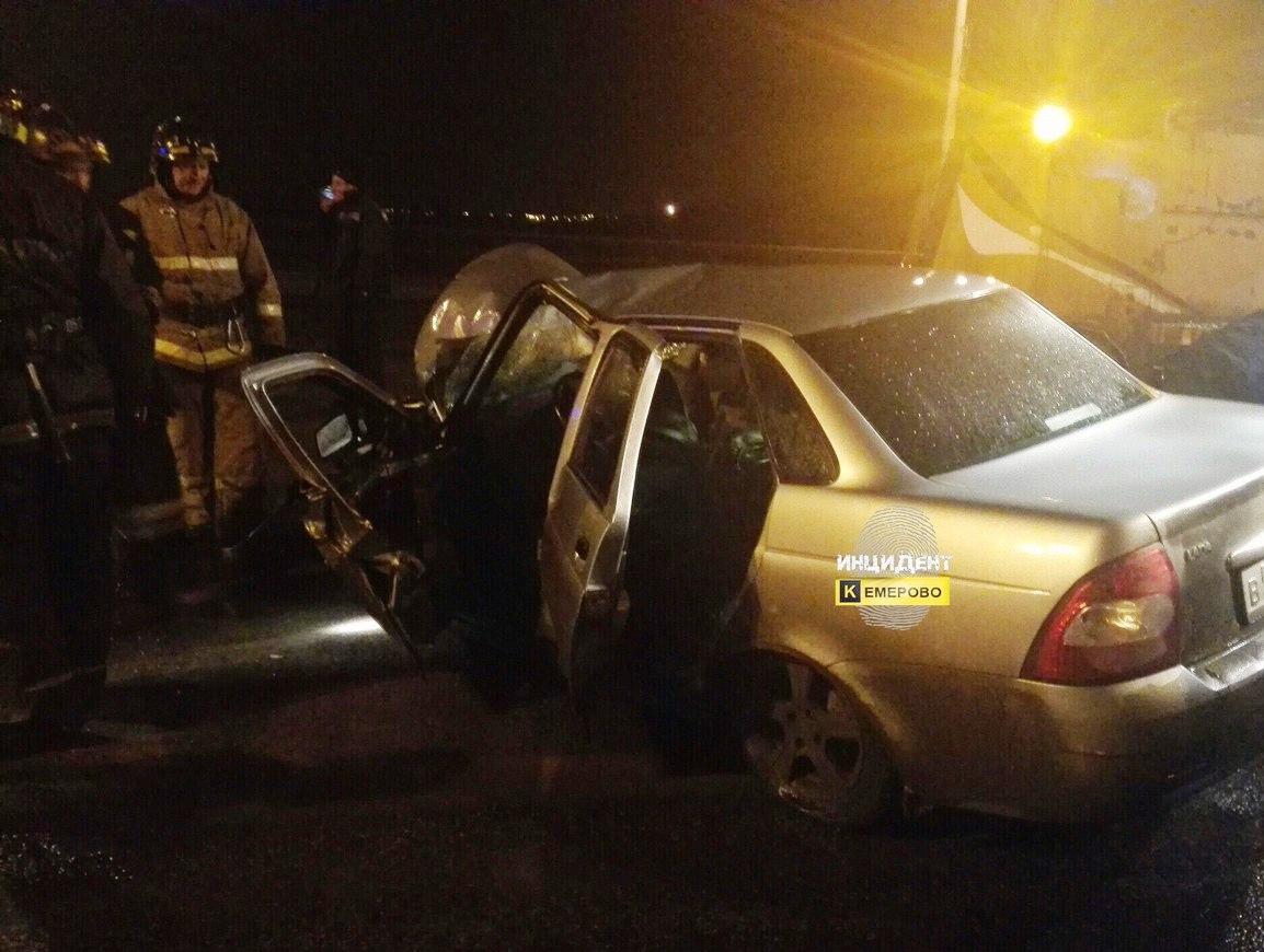 ВКемерове шофёр Priora протаранил трактор ичудом остался живой