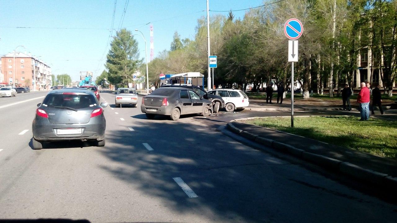 Вцентре Кемерова произошло тройное ДТП, есть пострадавшая