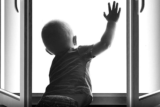 Полицейские проводят проверку по факту падения ребёнка из окна шестого этажа в Кемерове – Газета Кемерова