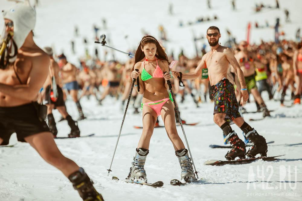 Лыжники исноубордисты изУфы катались сгоры вкупальниках иплавках