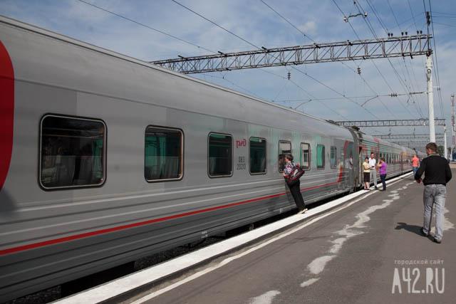 Пассажир поезда порезал себя ипроводника вКузбассе, обоих доставили в поликлинику