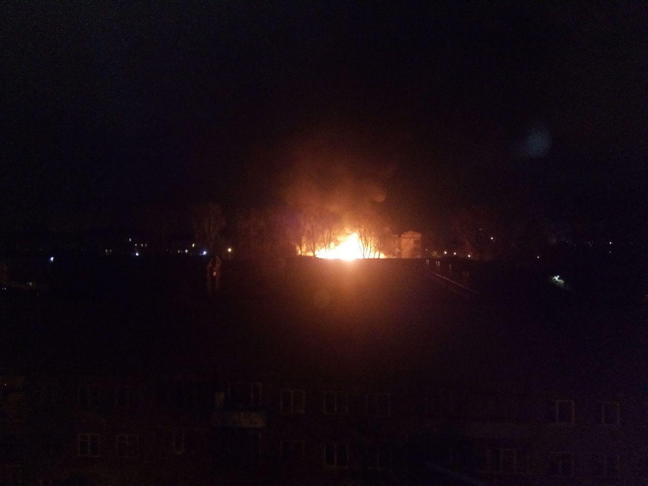 Практически 40 спасателей устранили пожар наскладе вКемерово