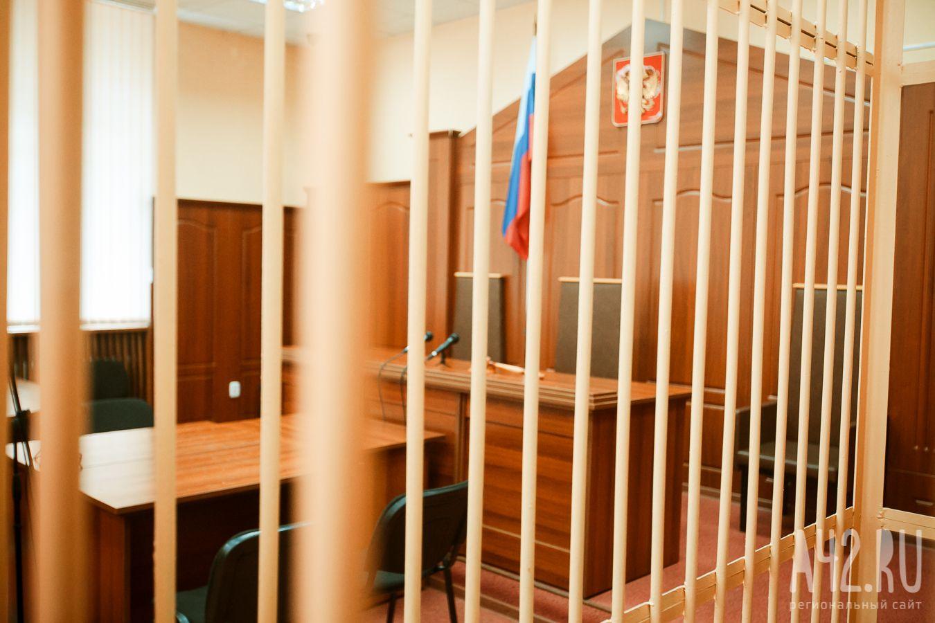 ВСибири обвиняемый вкражах убежал из-под конвоя с совещания суда