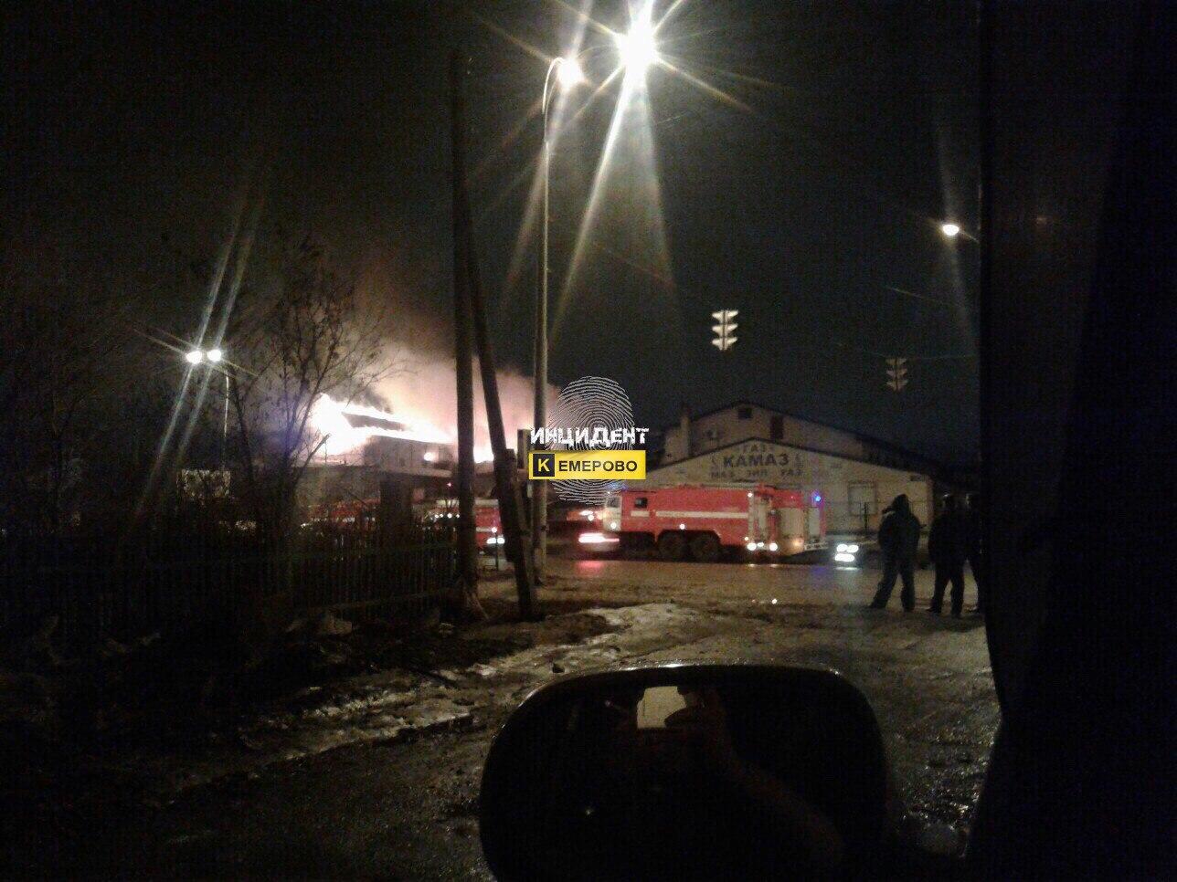 Пожар вкемеровском автомагазине попал навидео