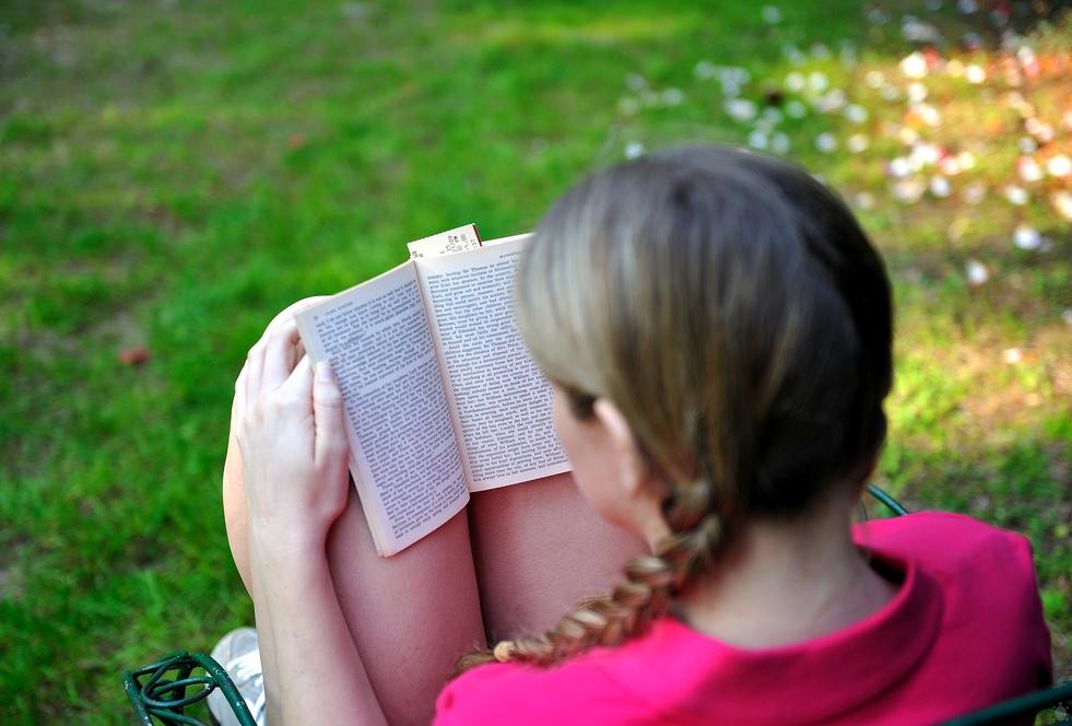 Кузбассовец похитил наулице читающую девочку