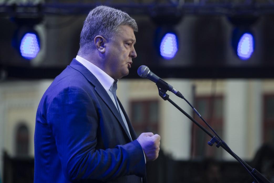 Порошенко поздравил украинцев сначалом безвиза сЕС стихотворением о РФ