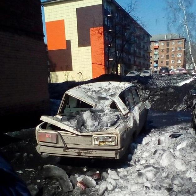 ВКузбассе упавшая скрыши глыба льда раздавила автомобиль