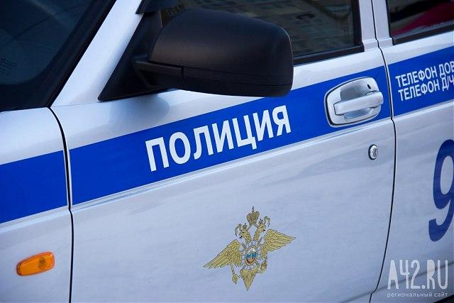 Кемеровчанин похитил две коробки колбасы изразгружавшейся умагазина машины