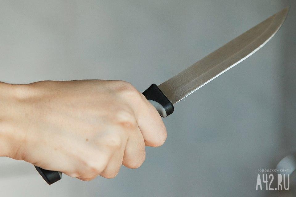 Кузбассовец грозил  ножом женщине иееребенку