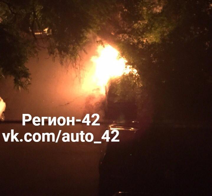 ВКемерове cотрудники экстренных служб потушили горящий автомобиль