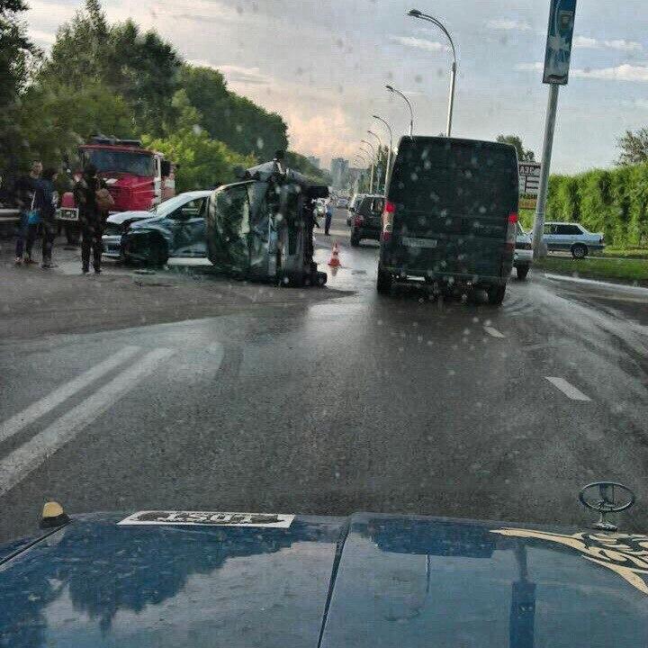 Жуткое фото ДТП вКемерове: наТухачевского автомобиль перевернулся после столновения