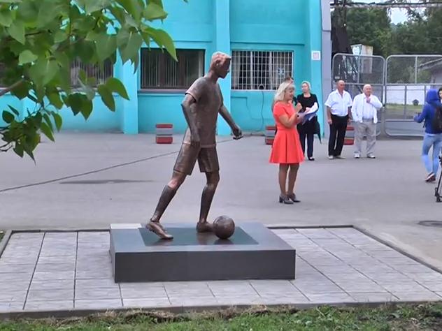 ВНовокузнецке вюбилейную неделю открыли скульптуру футболиста