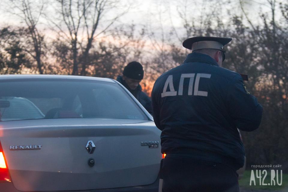 ВКемерове автомобилист наиномарке напротяжении часа пару раз нарушил ПДД