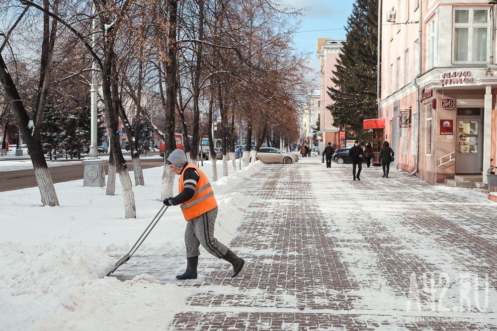 Неменее 2 000 коммунальщиков проводят снегоуборочные работы вКузбассе